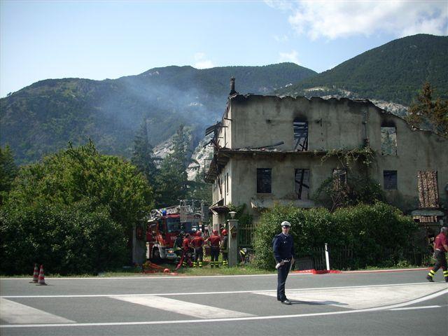 Oulx- Casa in fiamme, mercoledì mattina, di fronte al centro commerciale Le Baite