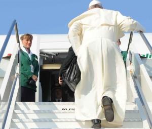 Papa Francesco sale sull'aereo