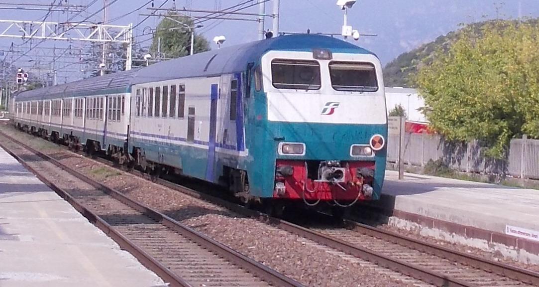"""Disservizi sui treni. I pendolari protestano. La valle esclusa dal biglietto """"treno+tram+bus"""""""