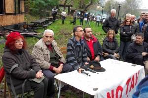 La conferenza stampa dei No Tav davanti al presidio
