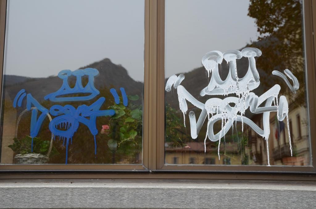 Condove, i vandali imbrattano il paese