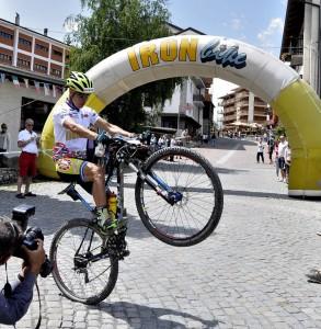 Milton Ramon festeggia su una ruota a Sauze d'Oulx
