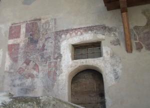 La facciata della Casa degli Stemmi in via Maestra