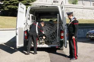 I carabinieri con il bottino di rame sequestrato
