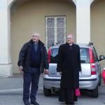 Il vescovo con il parroco don Sergio Blandino (foto Antonio Russo)