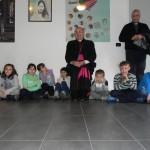 Il vescovo con i bimbi (foto Antonio Russo)