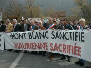 Manifestazione ad Aiton il  30 marzo 2002