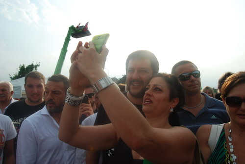 Salvini a Giaveno, tra selfie, applausi e proteste