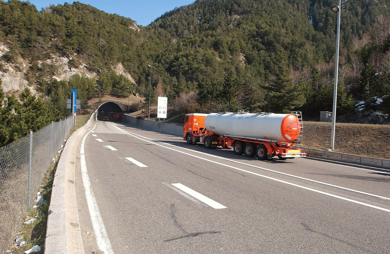 """La Francia: """"Tassiamo i Tir per coprire i costi della Torino-Lione"""""""