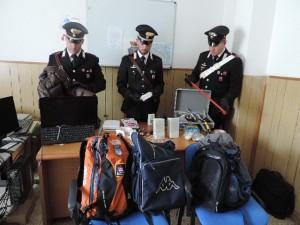 I carabinieri con la refurtiva recuperata