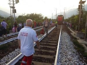 I passeggeri del Tgv scesi dal treno, attraversano i binari (foto dal sito della Croce Rossa)