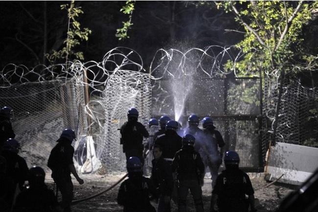 """Ancora scontri al cantiere di Chiomonte: 8 arrestati.  E i No Tav """"solidarizzano"""" con una fiaccolata"""