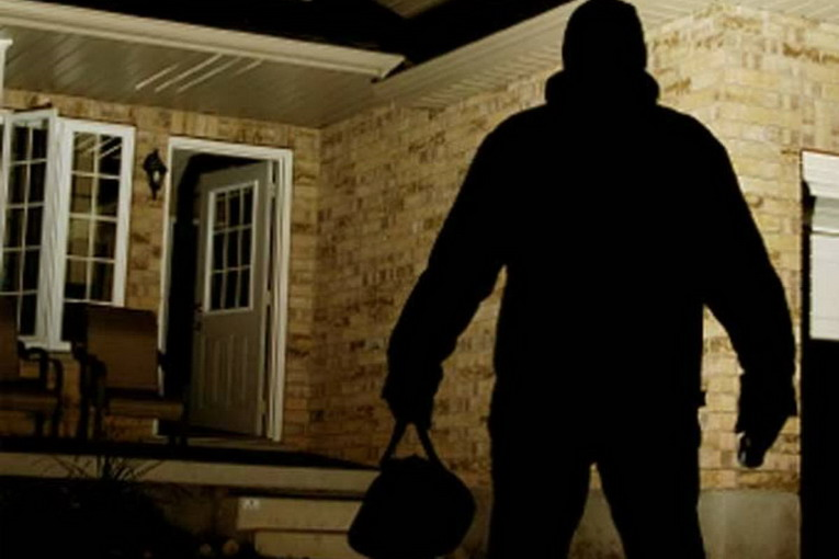 Cascine Vica, rapina nella villa di un gioielliere. I ladri, per entrare, si fingono militari della Finanza