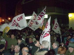 Almese, aprile 2008. I No Tav bloccano l'accesso all'Auditorium di Almese
