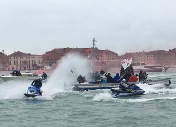 Confronto a pelo d'acqua tra manifestanti e Polizia (foto da notav.info)