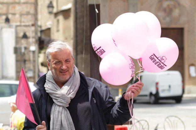 Anche il sindaco Giacone distribuisce palloncini (FOTO G. BASSO)