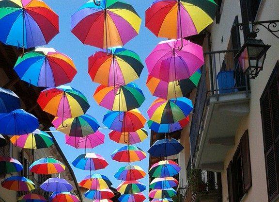 Un cielo colorato di ombrelli sopra Giaveno