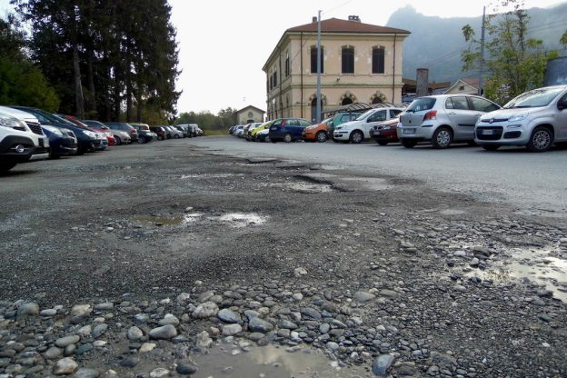 Chiusa, le Ferrovie asfaltano il piazzale della Stazione