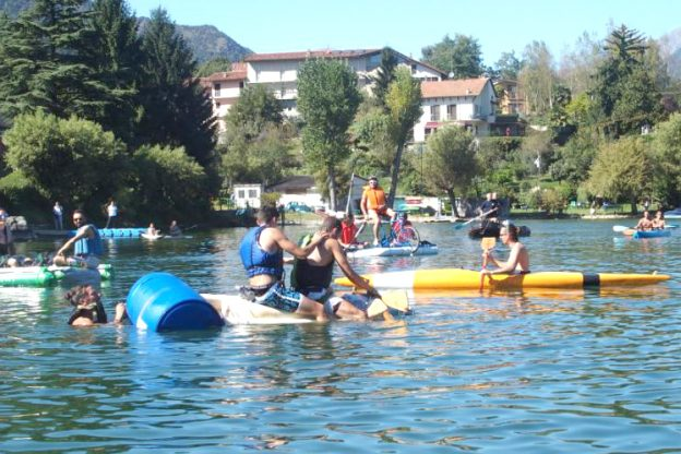 Avigliana, in vasca da bagno sul lago