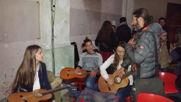 Lorena, Manuel e Fernanda con l'insegnante Andrea Lanza
