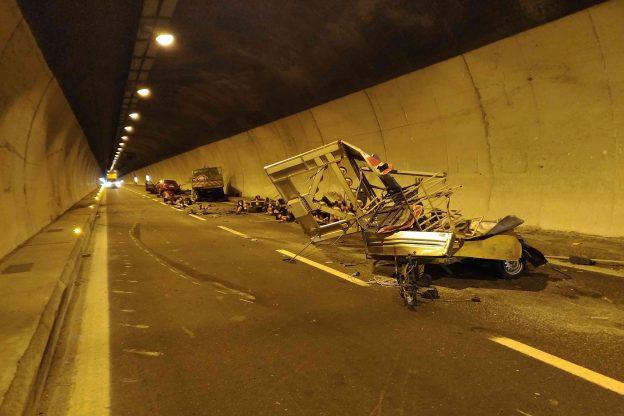Due operai investiti in galleria sulla A32. Un morto