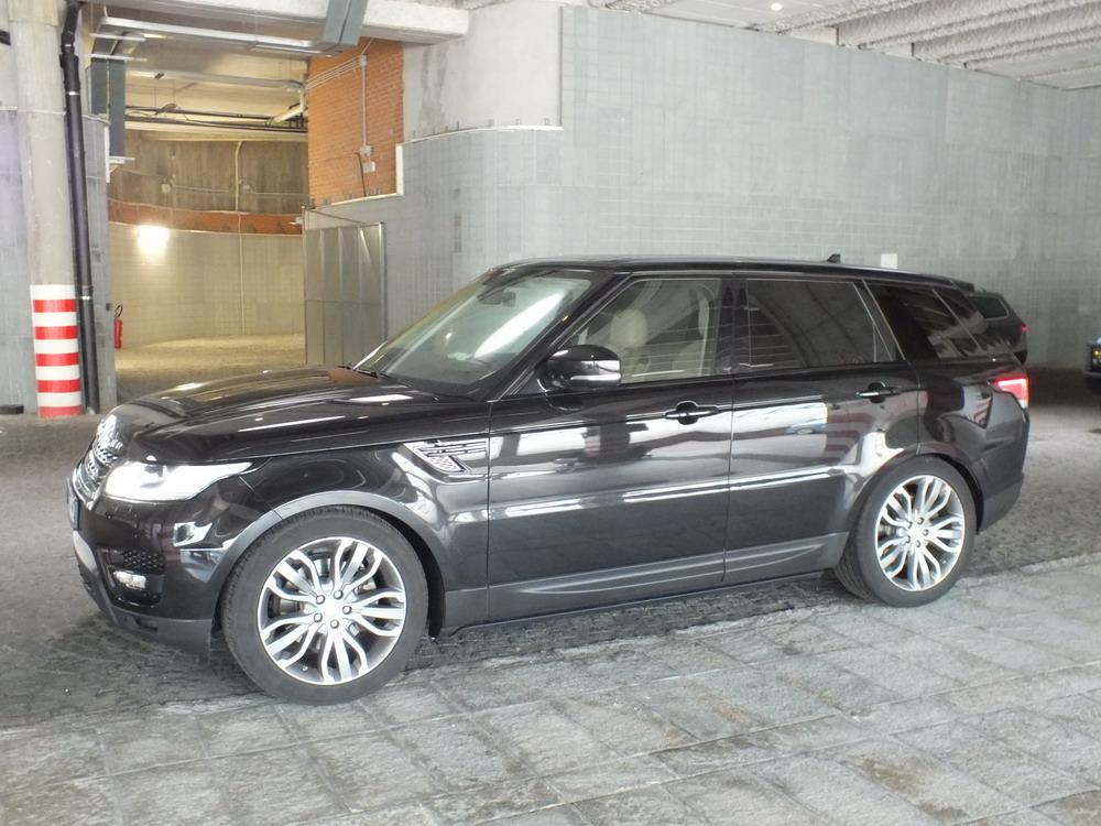 Sull'autostrada con una Range Rover rubata: fermato