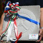 La pietra omaggiata a Sain Michel raffigurante il sole che splende sulle montagne