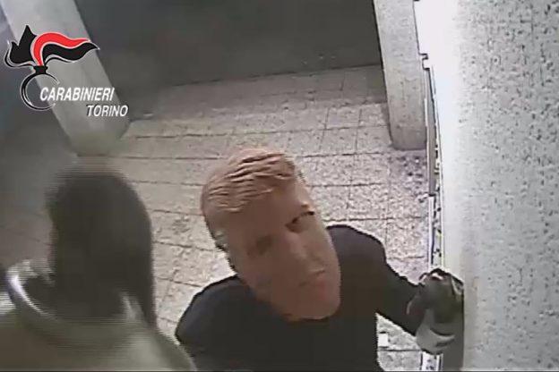Assaltavano i bancomat con la maschera di Trump: arrestati