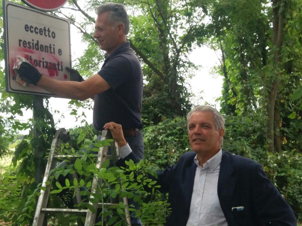 Rivalta, il sindaco De Ruggiero cancella le scritte naziste