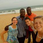 Laura, Isabella e Chiara in compagnia di Edo e Alberto, due collaboratori locali dell'associazione Tengo al Togo