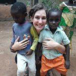 Laura con Adolph e Babarà, due bambini dell'orfanotrofio