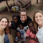 Laura, Isabella e Chiara con alcuni bambini di Tohoun