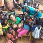 I bambini dell'orfanotrofio con Laura