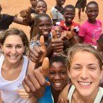Bambini dell'orfanotrofio con Laura e Chiara