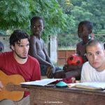 Canti con i bambini nel cortile di père Justin