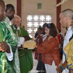 L'offertorio durante la messa celebrata da père Justin e don Cordola