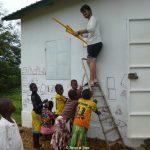 Nicolò con i bambini del laboratorio di disegno - Mural ideato dalla scuola media di Oulx