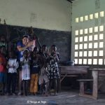 """Alessia con i bambini del laboratorio di disegno - Mural ideato dai ragazzi del liceo artistico """"Norberto Rosa"""""""