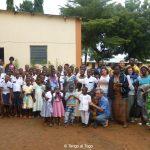 6 agosto 2017. Vicino alla chiesa di Tohoun con i bambini dell'orfanotrofio