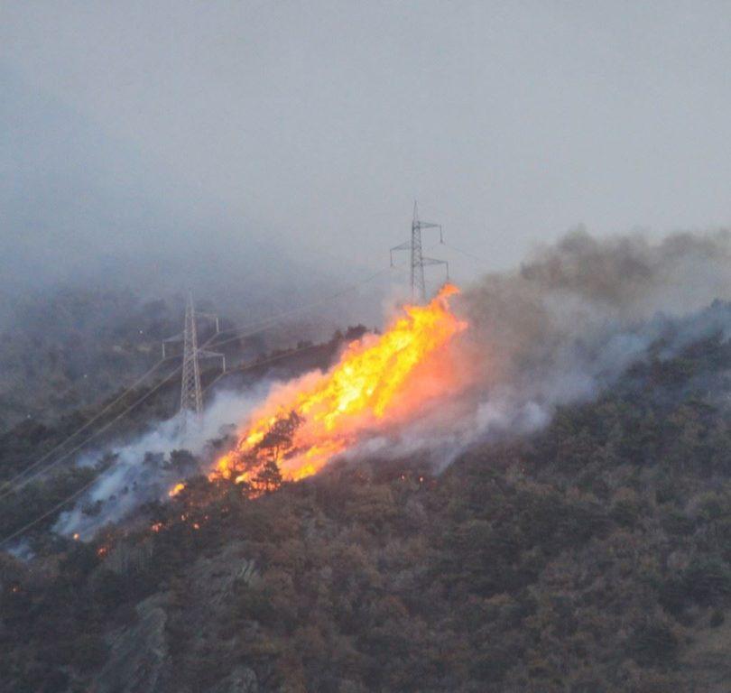 Sotto il Rocciamelone le fiamme divorano la montagna
