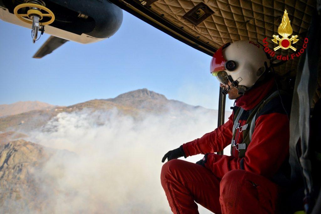 L'incendio visto dall'elicottero dei Vigili del Fuoco