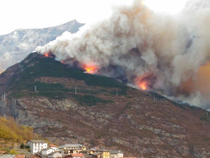 Vento e fuoco non danno tregua. Frazioni evacuate a Mompantero
