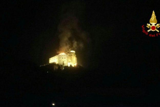 Sant'Ambrogio, incendio quasi spento alla Sacra di San Michele, ma i Vigili del Fuoco sono ancora al lavoro. Le foto dell'intervento in corso