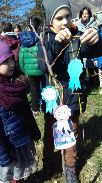 I bimbi di Caselette piantano tre nuovi alberi