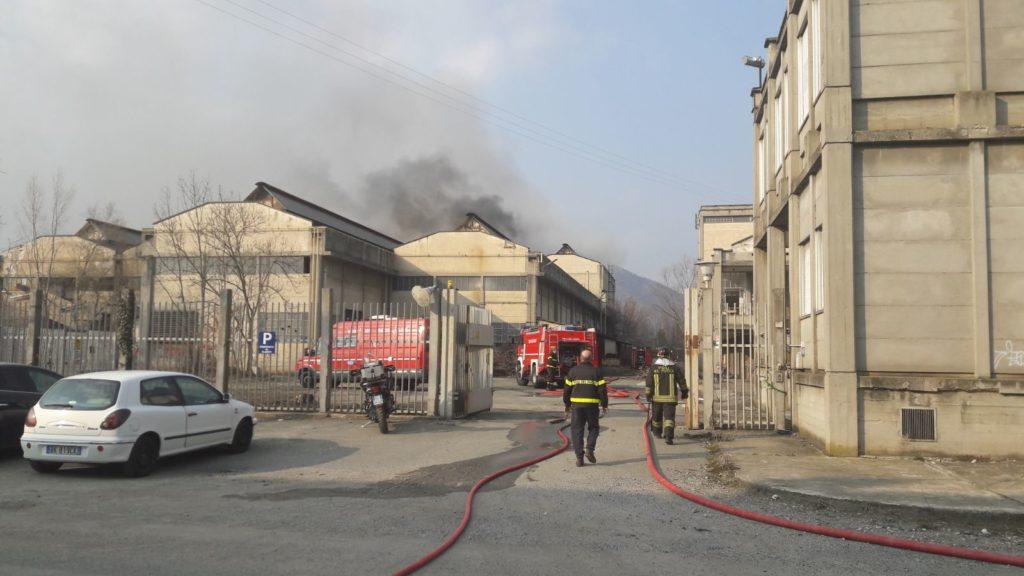 Rosta, in fiamme l'ex fonderia FGR