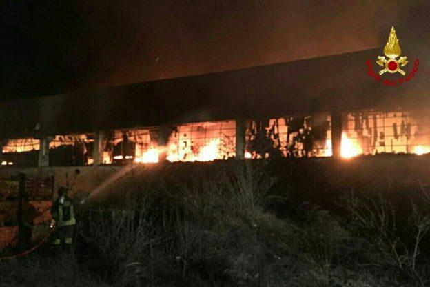 Trana, grave incendio in un capannone della zona industriale (le immagini)