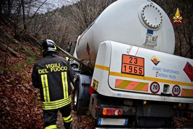 Cumiana, autocisterna contenente gpl sprofonda a causa del cedimento della strada. Intervengono i Vigili del Fuoco di Torino e Milano