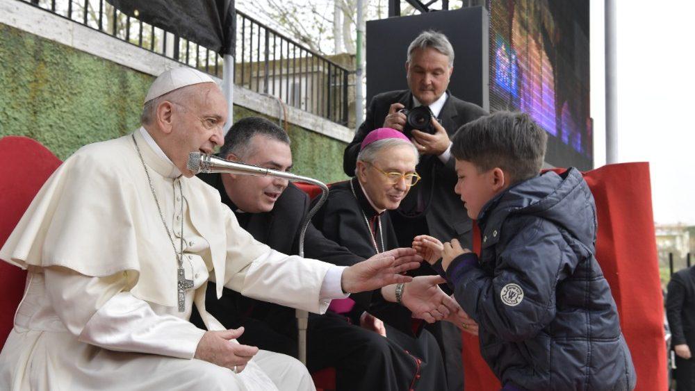 """Il Papa ai bambini:  """"Dio ha un cuore di papà"""""""