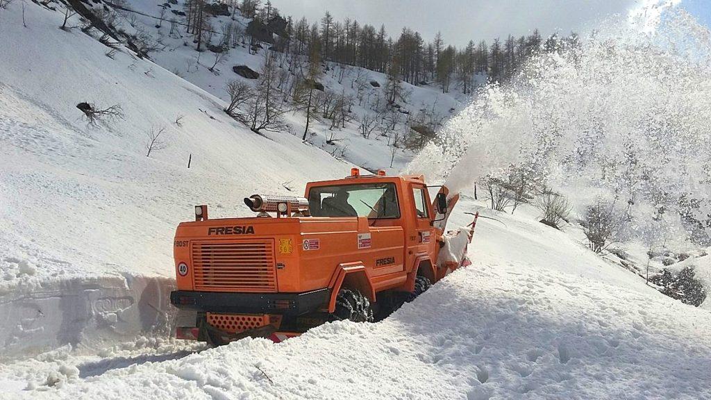 Uomini e mezzi ancora al lavoro per liberare il Colle delle Finestre dalla neve