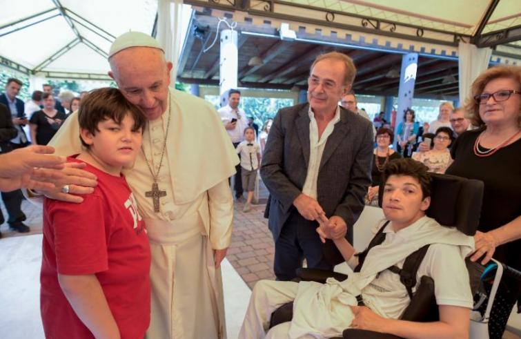 Papa Francesco ha visitato i disabili ospiti di Casa Osa a Roma